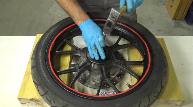 étape 4 tuto changer roulements de roue 50cc